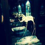Słoń z kolekcja biżuterii zaprojektowanej przez Dalego