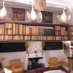Biblioteka ozdobiona łabędziami