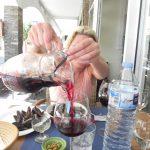 Żona polewa sangrię :)